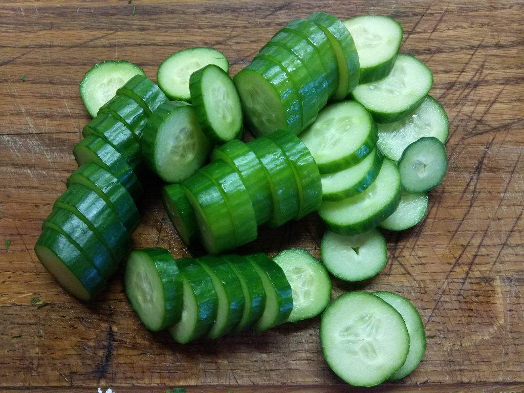 Фото рецепта - Творожные шарики с зеленью на кольцах огурца - шаг 3