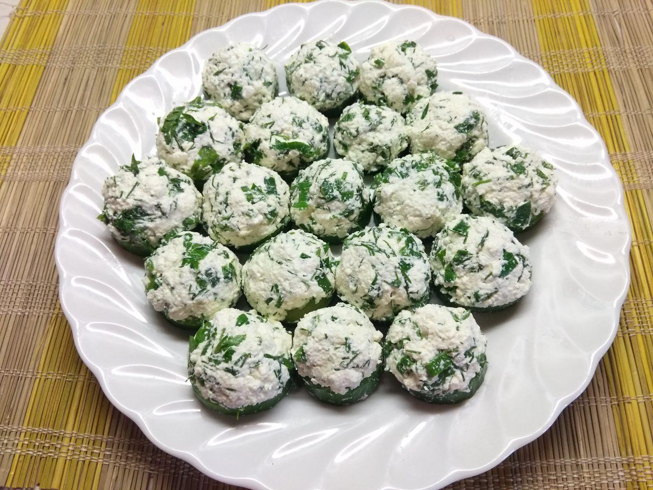 Творожные шарики с зеленью на кольцах огурца