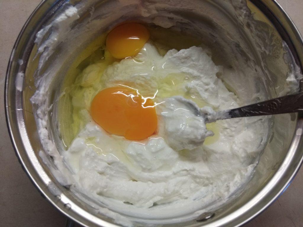 Фото рецепта - Творожные кексы с черешней - шаг 2
