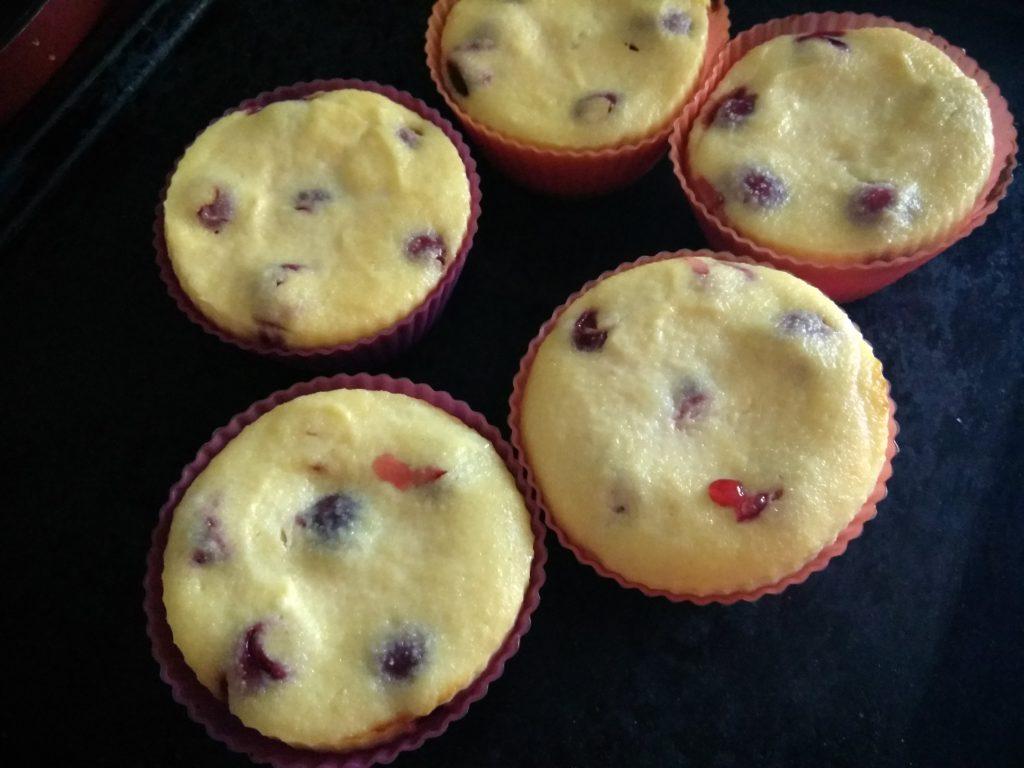 Фото рецепта - Творожные кексы с черешней - шаг 6