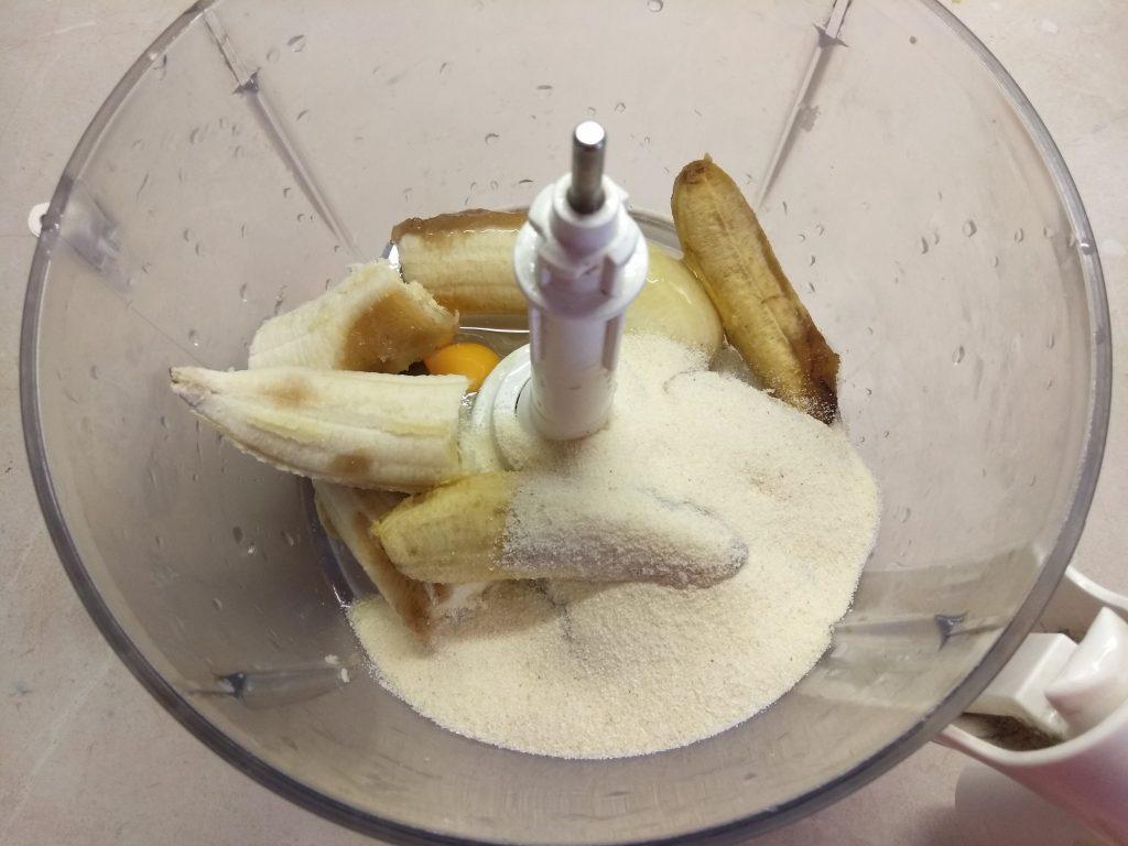 Фото рецепта - Банановый пирог на манке и молоке - шаг 4