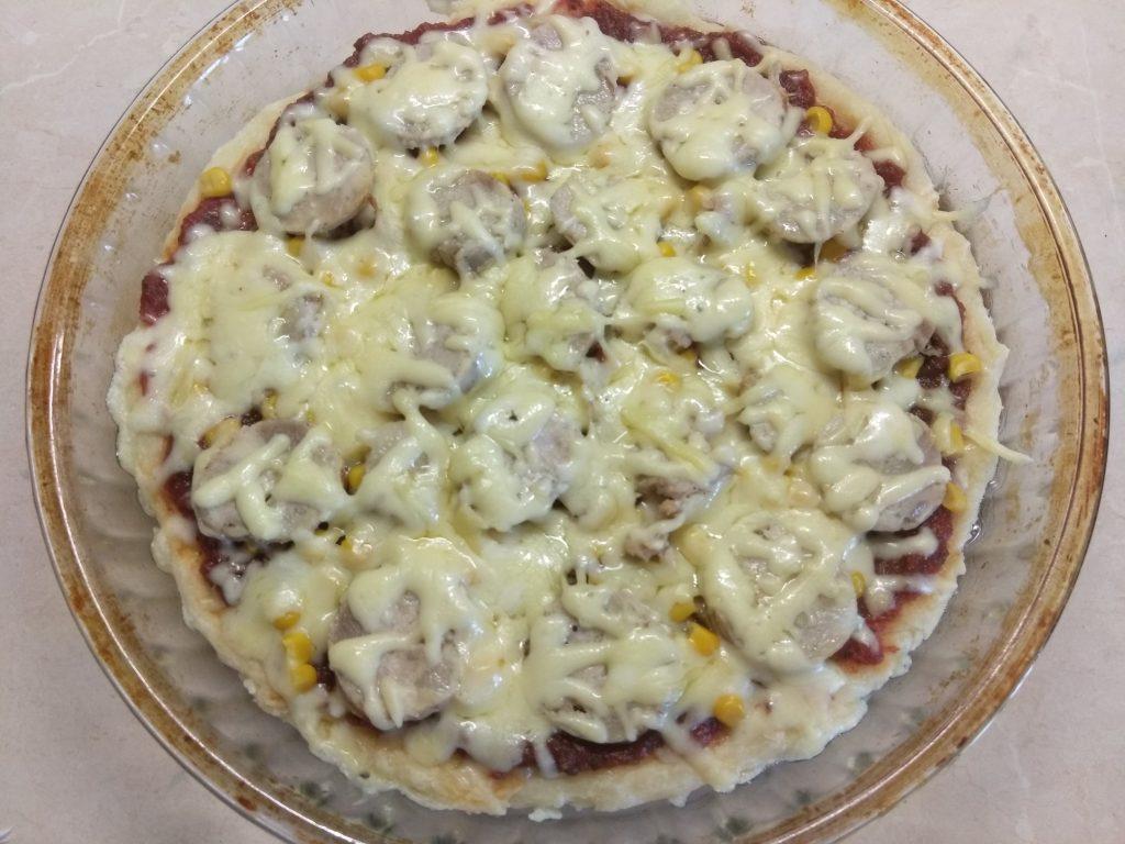 Фото рецепта - Пицца с домашней колбасой и двумя видами сыра - шаг 4