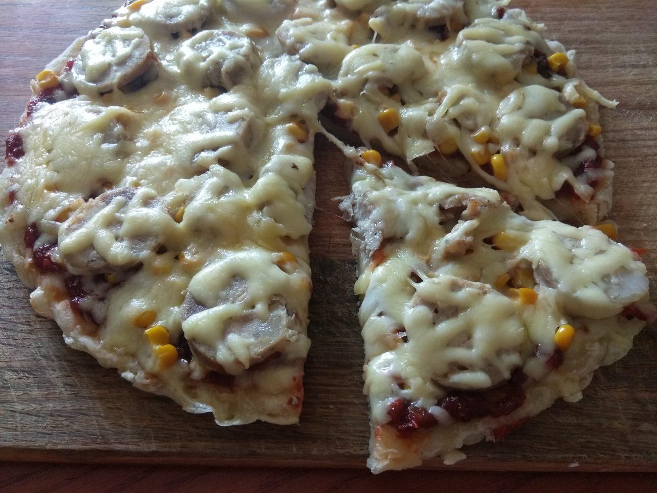 Пицца с домашней колбасой и двумя видами сыра