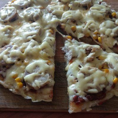 Пицца с домашней колбасой и двумя видами сыра - рецепт с фото