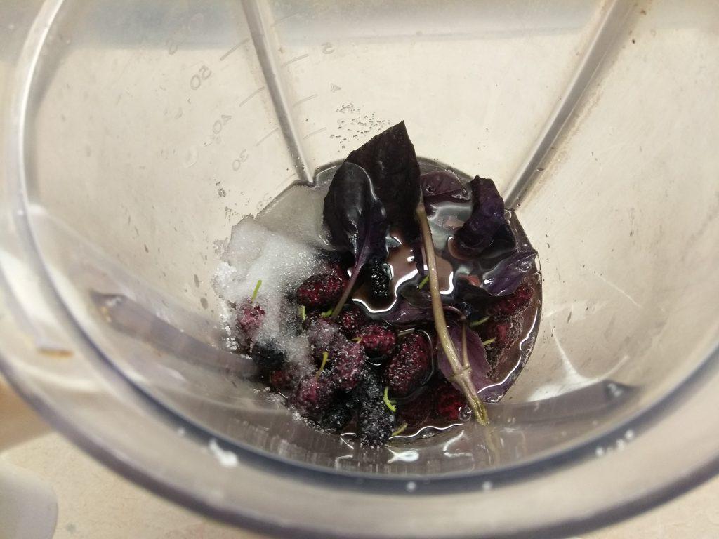 Фото рецепта - Лимонад из шелковицы и базилика - шаг 3