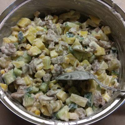 Фото рецепта - Салат с манго, ананасами, оливками и индейкой - шаг 5