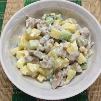 Салат с манго, ананасами, оливками и индейкой - рецепт с фото
