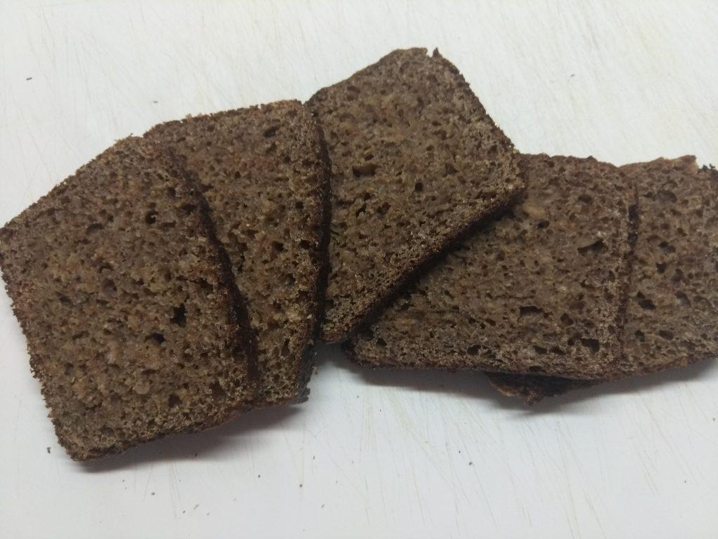 Фото рецепта - Канапе с печенью трески, солеными огурцами и оливками - шаг 1