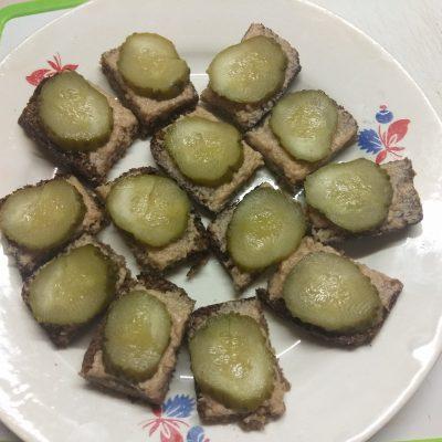 Фото рецепта - Канапе с печенью трески, солеными огурцами и оливками - шаг 3