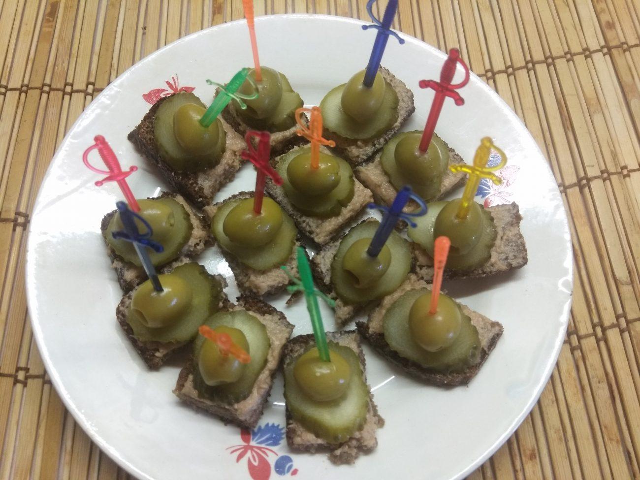 Канапе с печенью трески, солеными огурцами и оливками