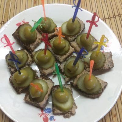 Канапе с печенью трески, солеными огурцами и оливками - рецепт с фото