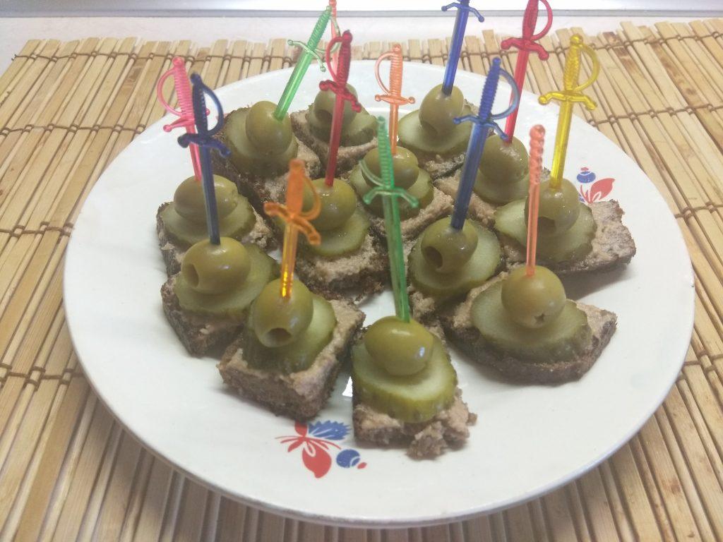 Фото рецепта - Канапе с печенью трески, солеными огурцами и оливками - шаг 4