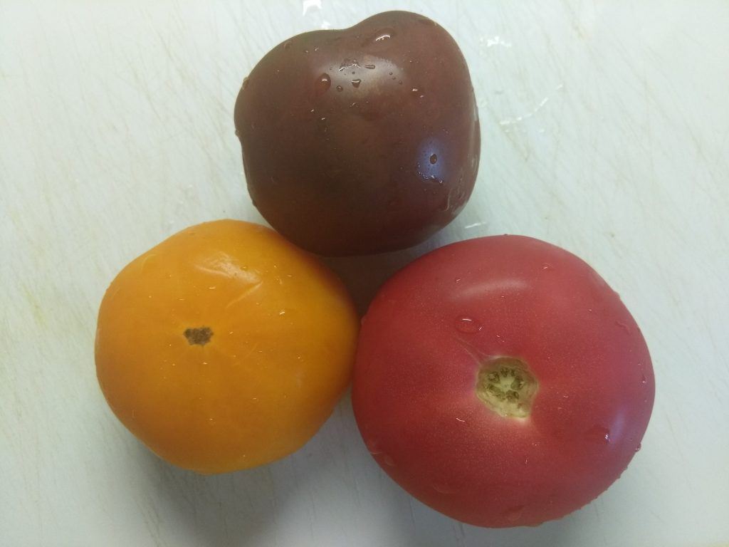 Фото рецепта - Салат из разноцветных помидоров с базиликом - шаг 1