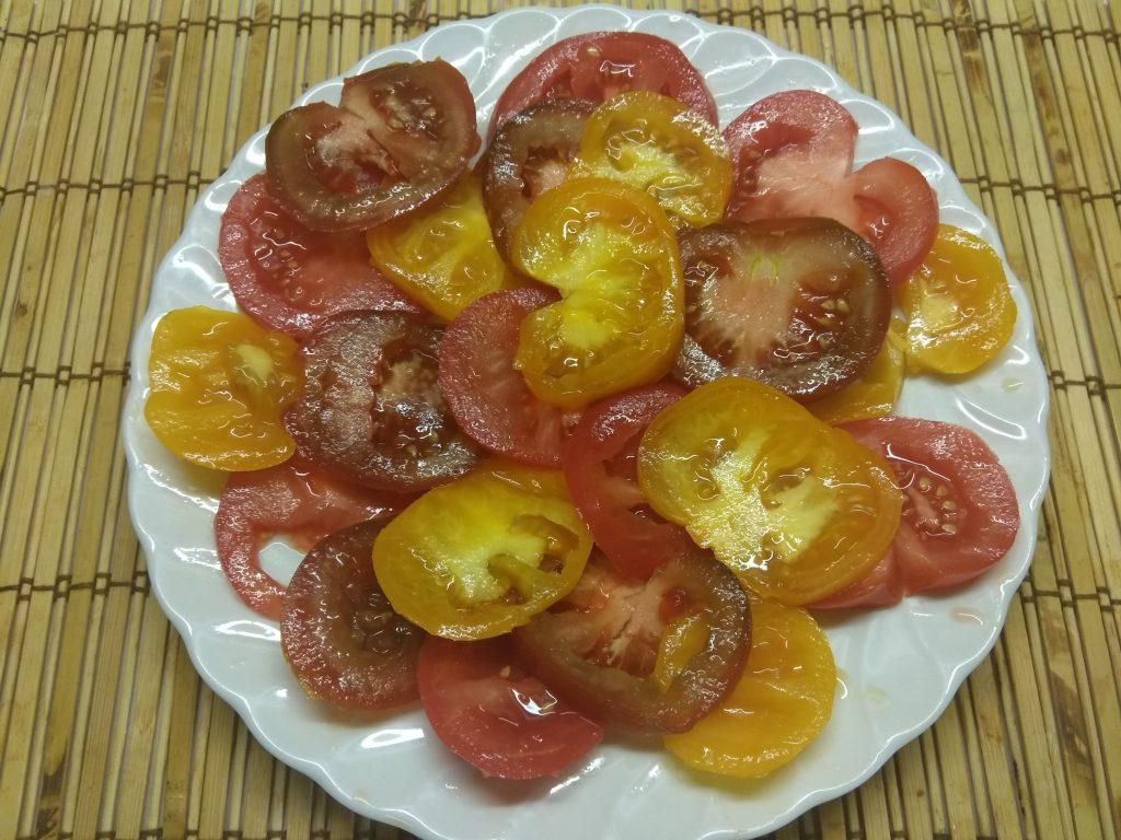 Фото рецепта - Салат из разноцветных помидоров с базиликом - шаг 2