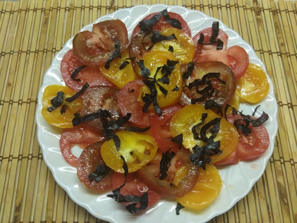 Фото рецепта - Салат из разноцветных помидоров с базиликом - шаг 3
