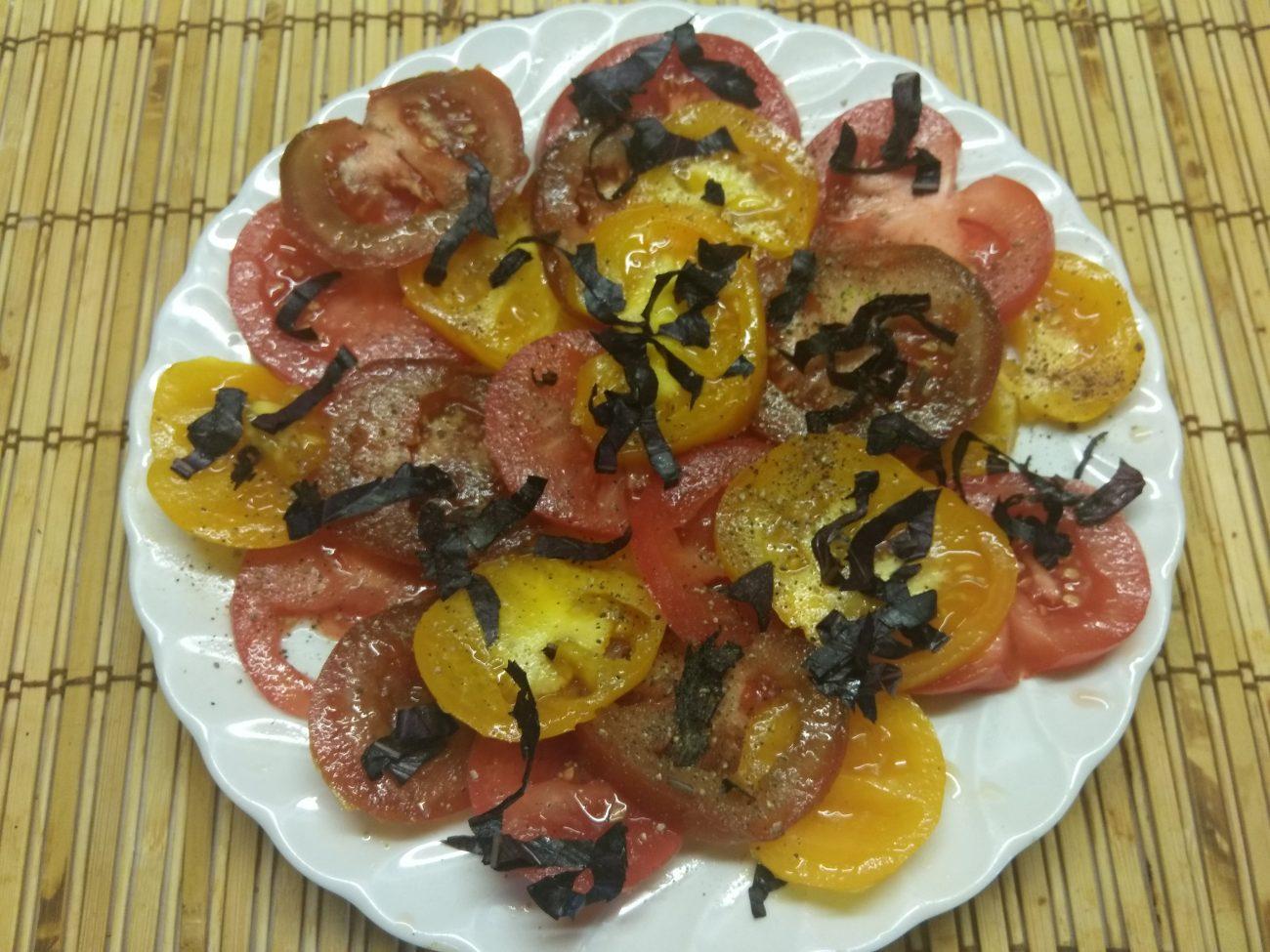 Салат из разноцветных помидоров с базиликом