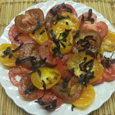 Салат из разноцветных помидоров с базиликом - рецепт с фото