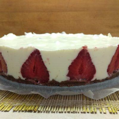 Фото рецепта - Холодный десерт – чизкейк из творога с клубникой - шаг 6