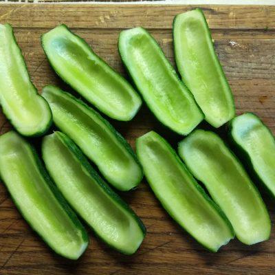 Фото рецепта - Закуска-салат: фаршированные огурцы с творогом и крабами - шаг 1