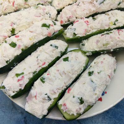 Закуска-салат: фаршированные огурцы с творогом и крабами - рецепт с фото