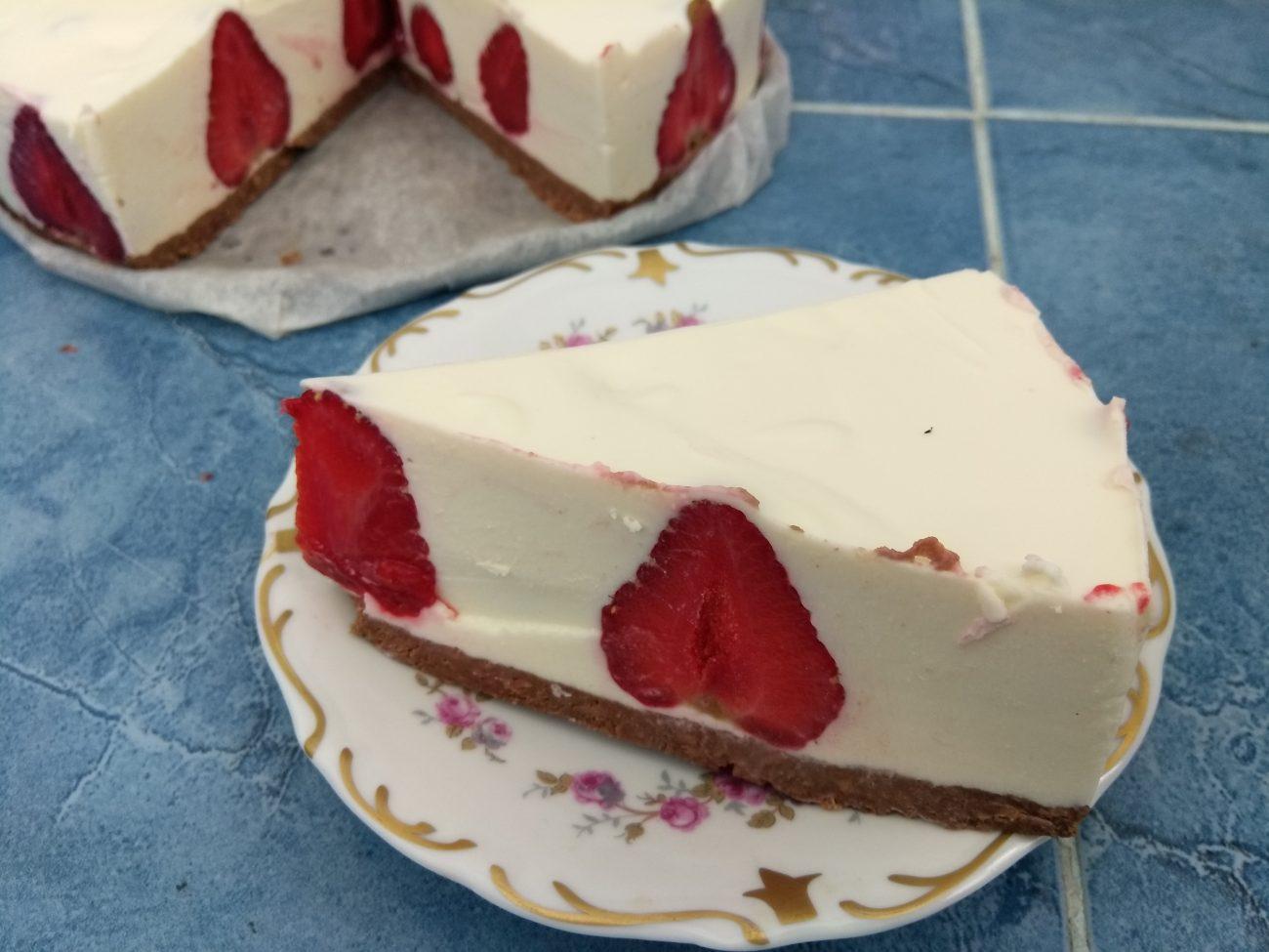 Холодный десерт – чизкейк из творога с клубникой
