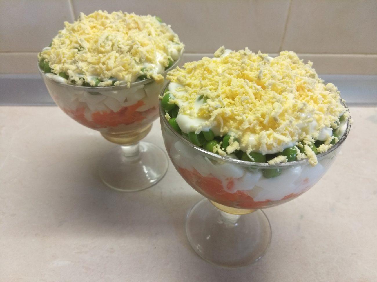 Слоеный салат-коктейль с печенью трески