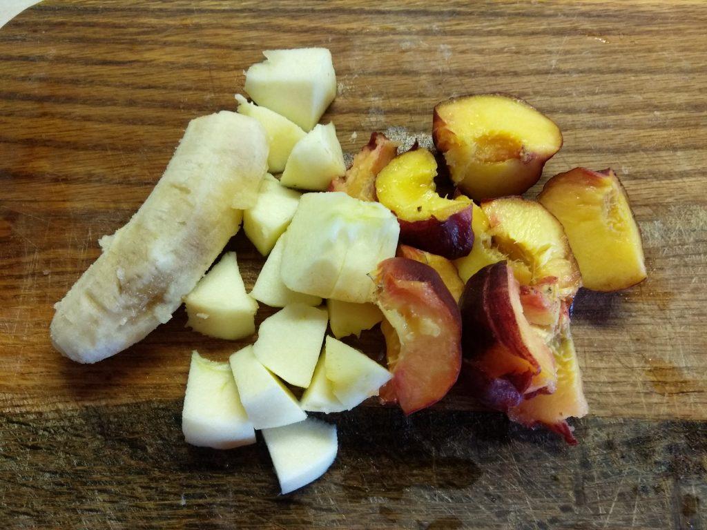 Фото рецепта - Смузи из яблока, персика и банана - шаг 1