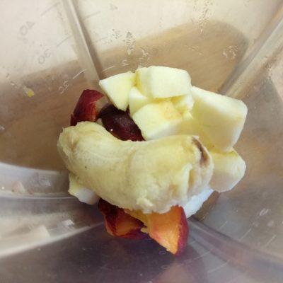 Фото рецепта - Смузи из яблока, персика и банана - шаг 2