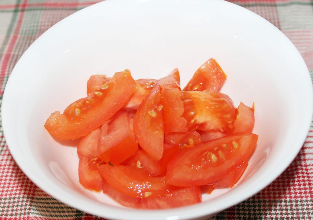 Фото рецепта - Крабовый салат с томатами и сыром - шаг 1