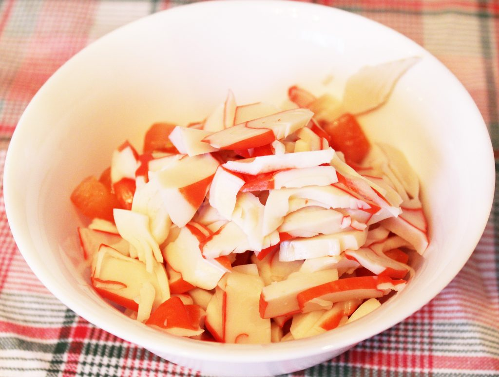 Фото рецепта - Крабовый салат с томатами и сыром - шаг 2
