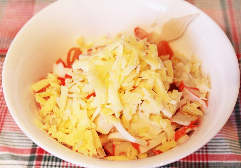Фото рецепта - Крабовый салат с томатами и сыром - шаг 3