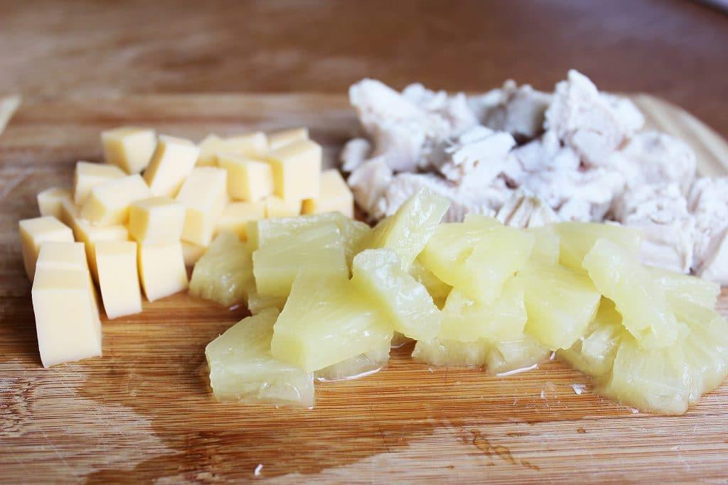 Фото рецепта - Куриный салат с ананасом и сыром - шаг 1