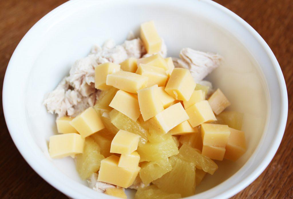 Фото рецепта - Куриный салат с ананасом и сыром - шаг 2