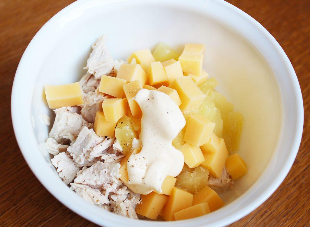 Фото рецепта - Куриный салат с ананасом и сыром - шаг 3