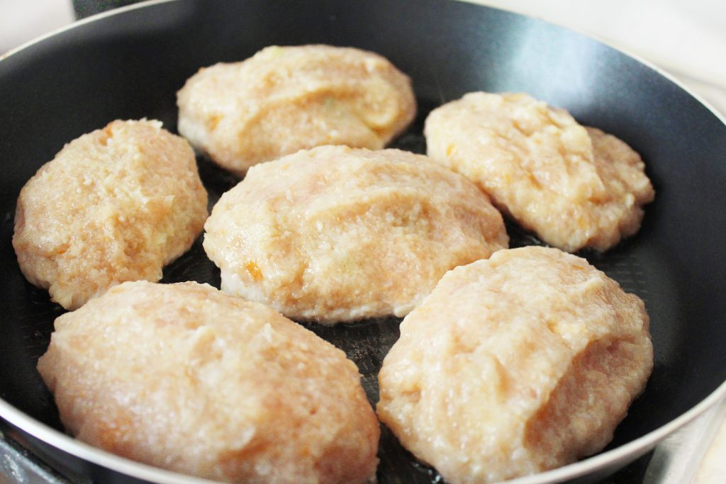 Фото рецепта - Куриные зразы, фаршированные яйцом и луком - шаг 7