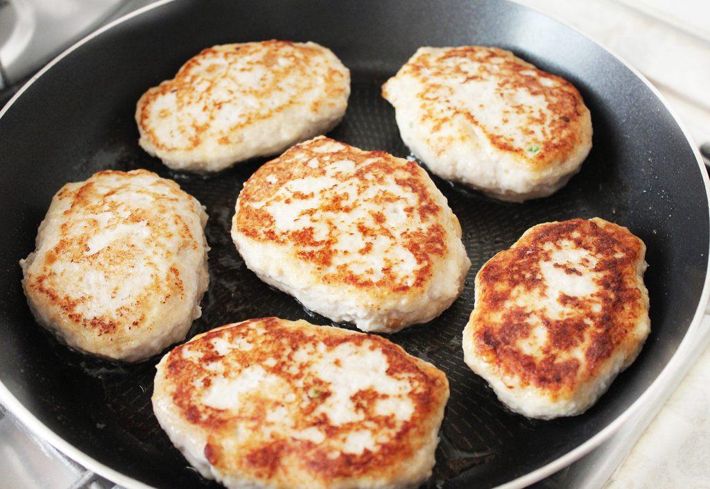 Фото рецепта - Куриные зразы, фаршированные яйцом и луком - шаг 8