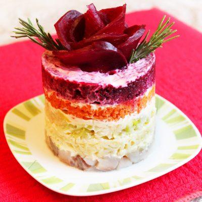 Порционный салат «Селедка под шубой» с яблоком без яиц - рецепт с фото