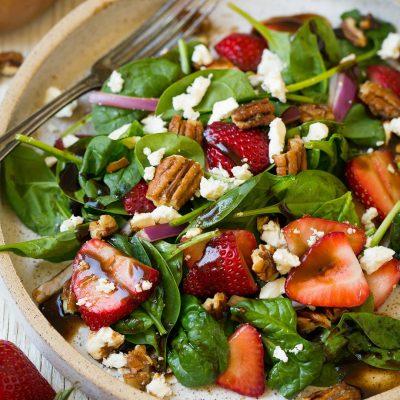 Салат из шпината с орехами, красным луком и клубникой - рецепт с фото