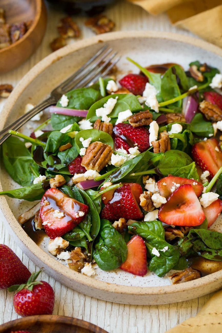 Салат из шпината с орехами, красным луком и клубникой