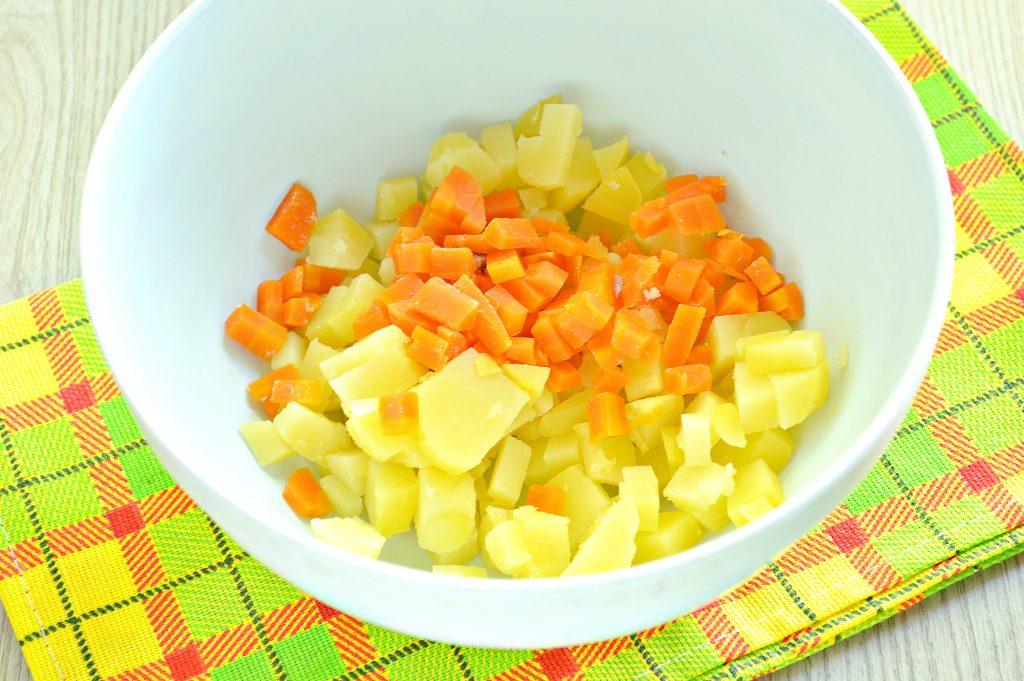 Фото рецепта - Мясной салат со свежим огурцом и вареными овощами - шаг 1
