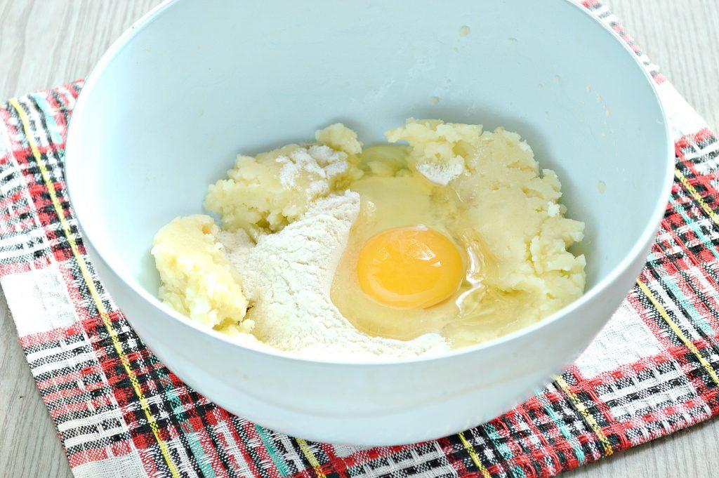 Фото рецепта - Оладьи из картофельного пюре с сыром и помидором - шаг 1