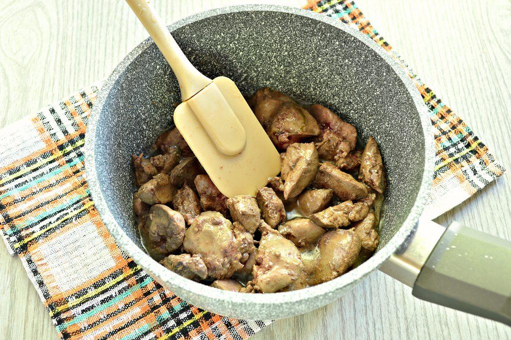Фото рецепта - Куриная печень, тушенная с болгарским перцем и помидором - шаг 2