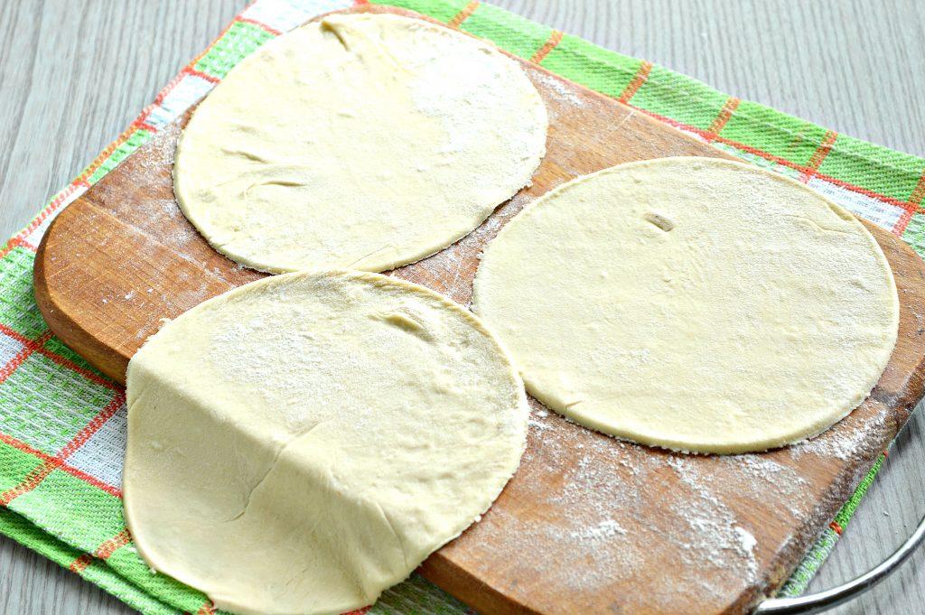 Фото рецепта - Домашние чебуреки из слоеного теста с фаршем - шаг 2