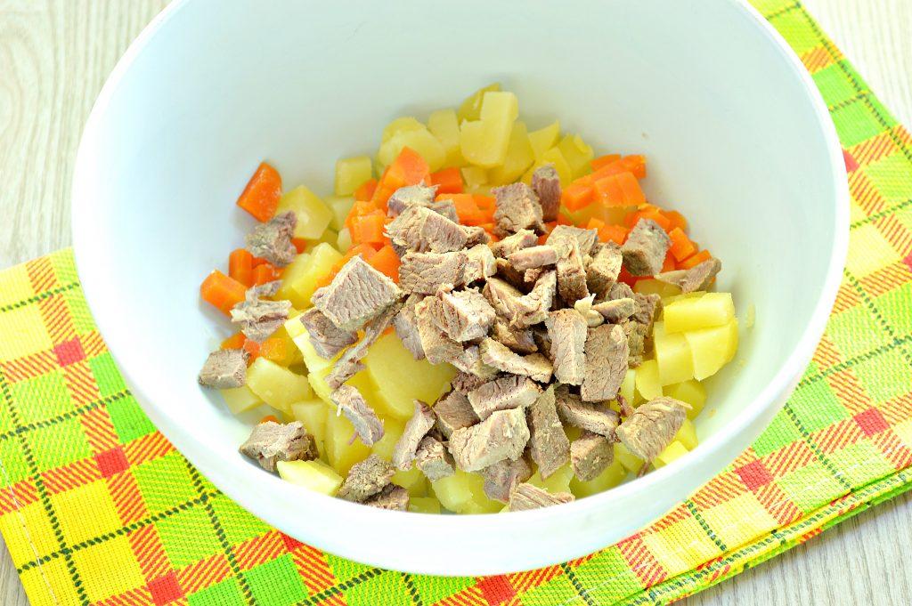 Фото рецепта - Мясной салат со свежим огурцом и вареными овощами - шаг 2