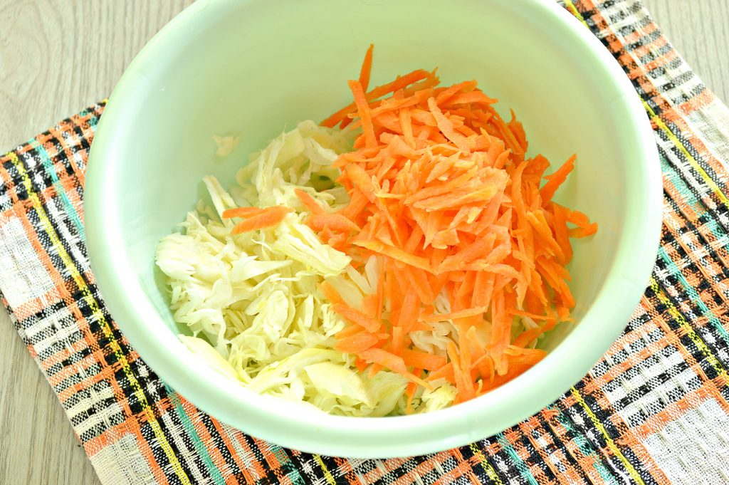 Фото рецепта - Капустный салат с яблоком, морковью и уксусной заправкой - шаг 2