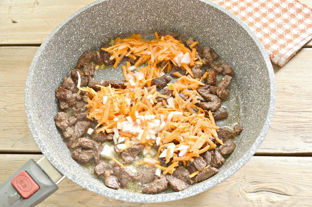 Фото рецепта - Говядина с рисом на сковороде - шаг 2