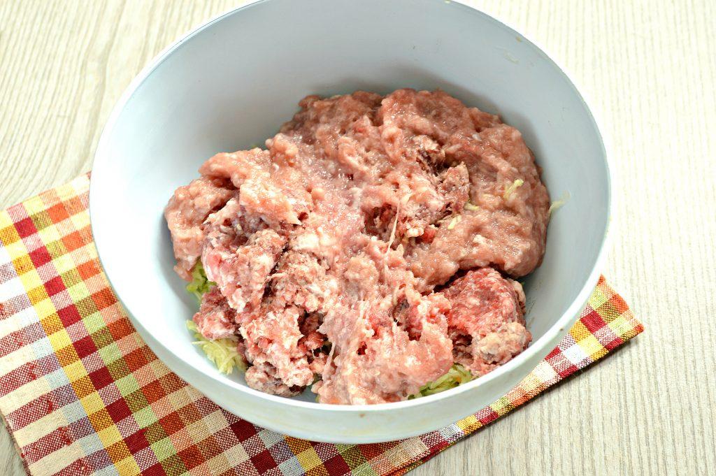 Фото рецепта - Нежные мясные котлеты с кабачком - шаг 2