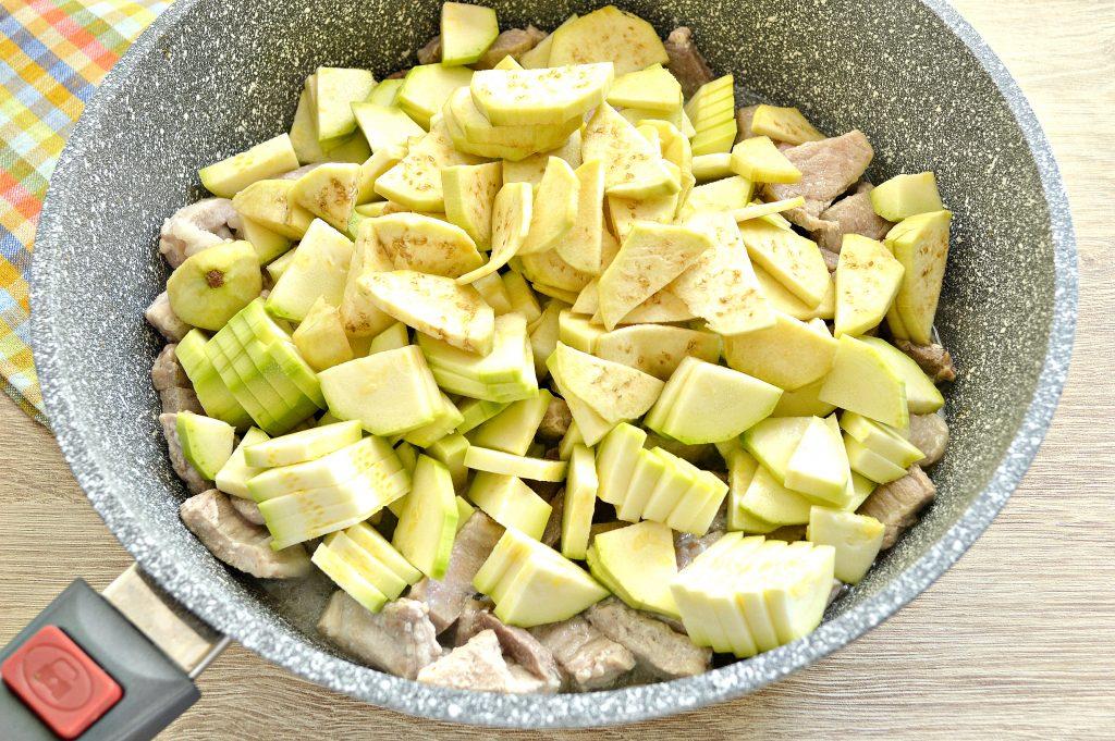 Фото рецепта - Свинина, тушеная с кабачками, баклажанами, помидорами и перцем (рагу) - шаг 2