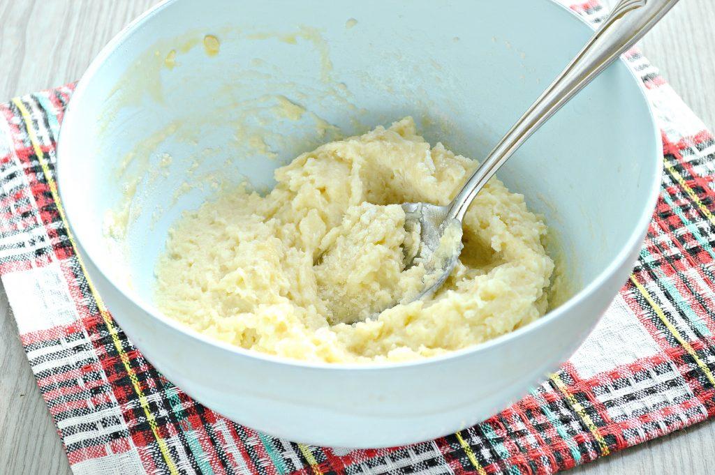 Фото рецепта - Оладьи из картофельного пюре с сыром и помидором - шаг 2