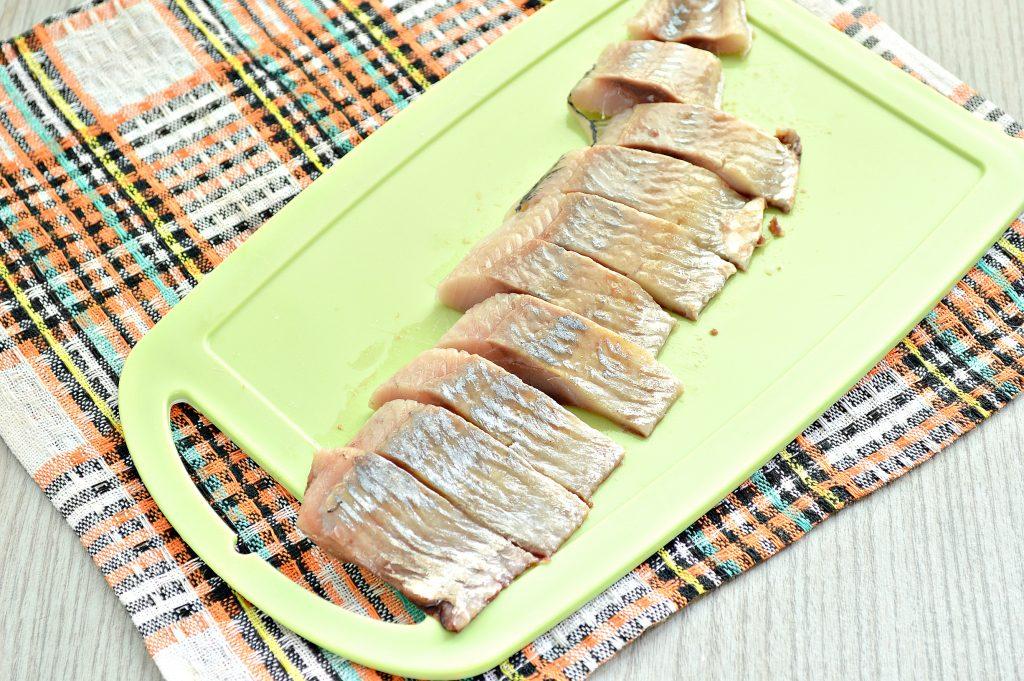 Фото рецепта - Бутерброды с сельдью и огурцом - шаг 2